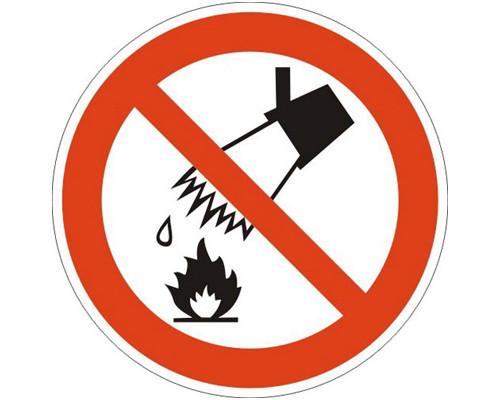 Знак безопасности P04 Запрещается тушить водой (плёнка, 200х200)